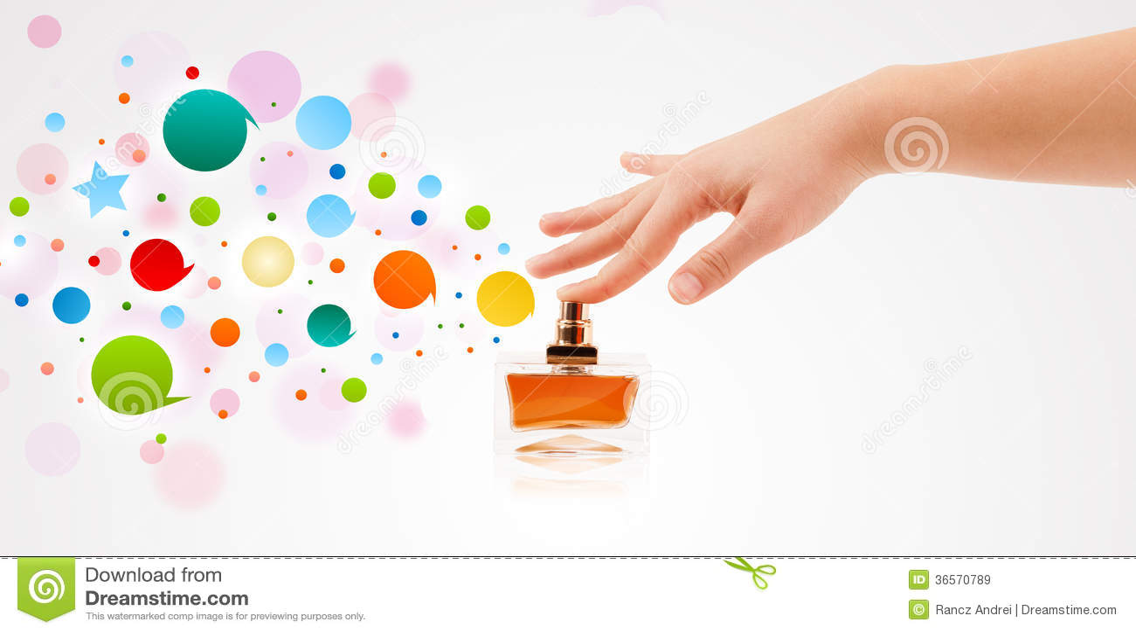 A mulher entrega bolhas coloridas de pulverização da garrafa de perfume bonita