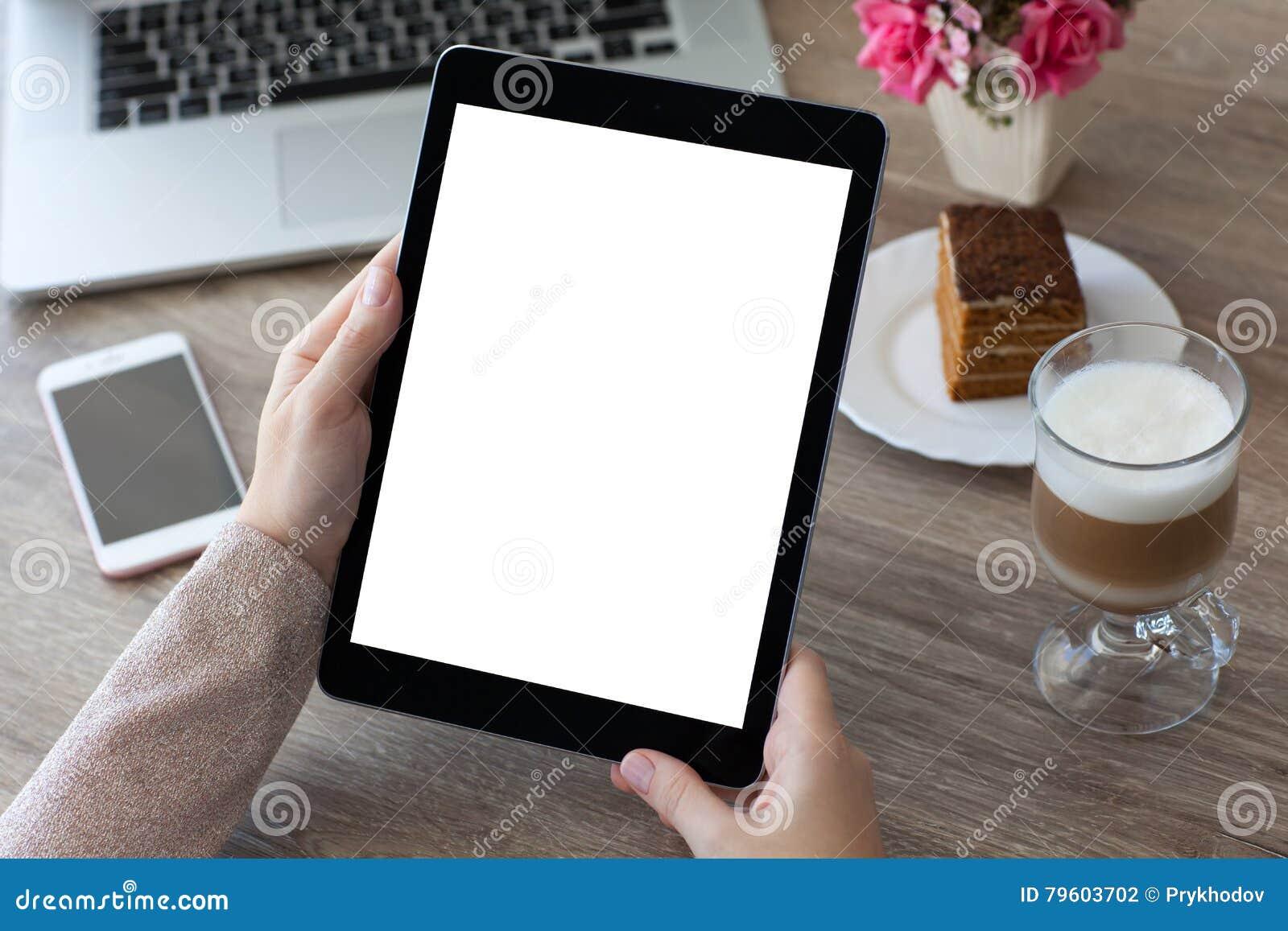 A mulher entrega guardar o PC do tablet pc com tela isolada