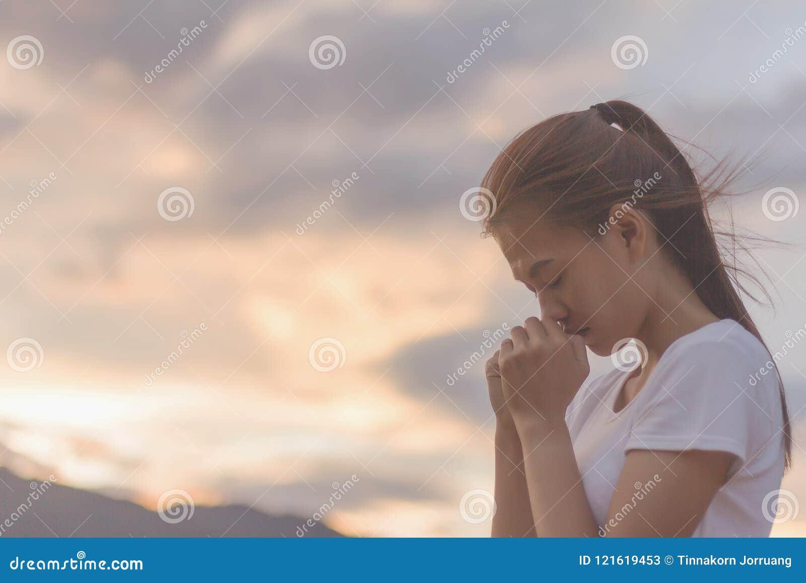 A mulher entrega rezar ao deus com a Bíblia pedido pelo perdoado
