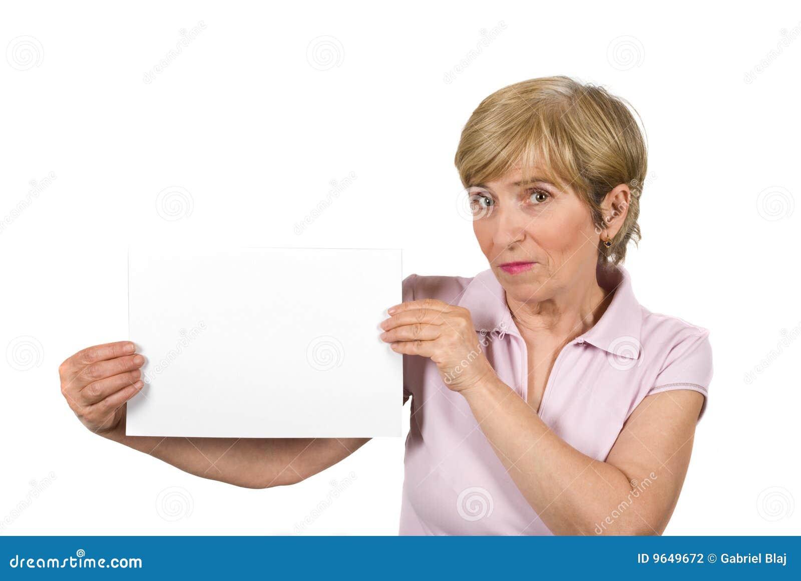 Mulher envelhecida bonita com página em branco