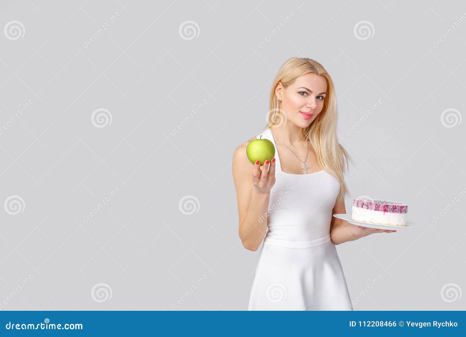 A mulher escolhe entre o bolo e a maçã