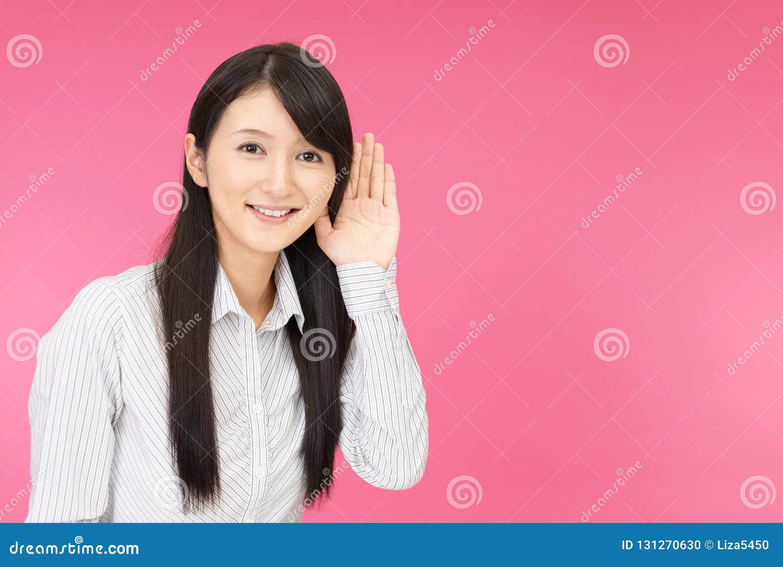 A mulher escuta com cuidado
