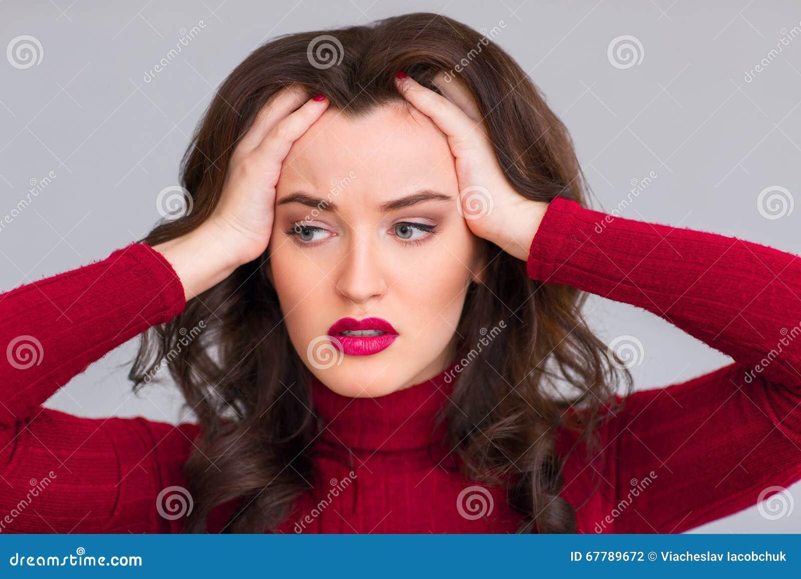 Mulher esgotada que toca em sua cabeça