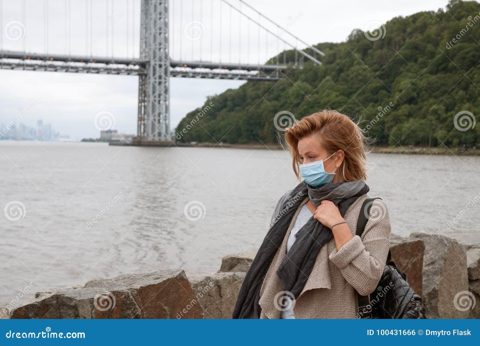 A mulher está com o frio ou a gripe A menina tem o frio da captura