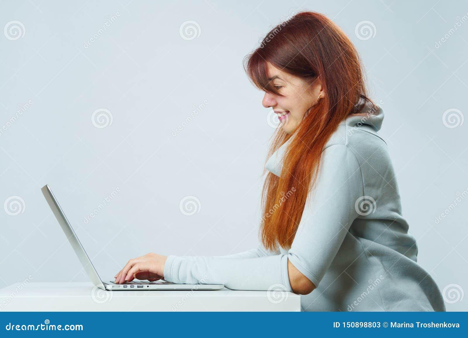 A mulher está usando o portátil para uma comunicação no bate-papo ou no bate-papo video Conceito social dos media