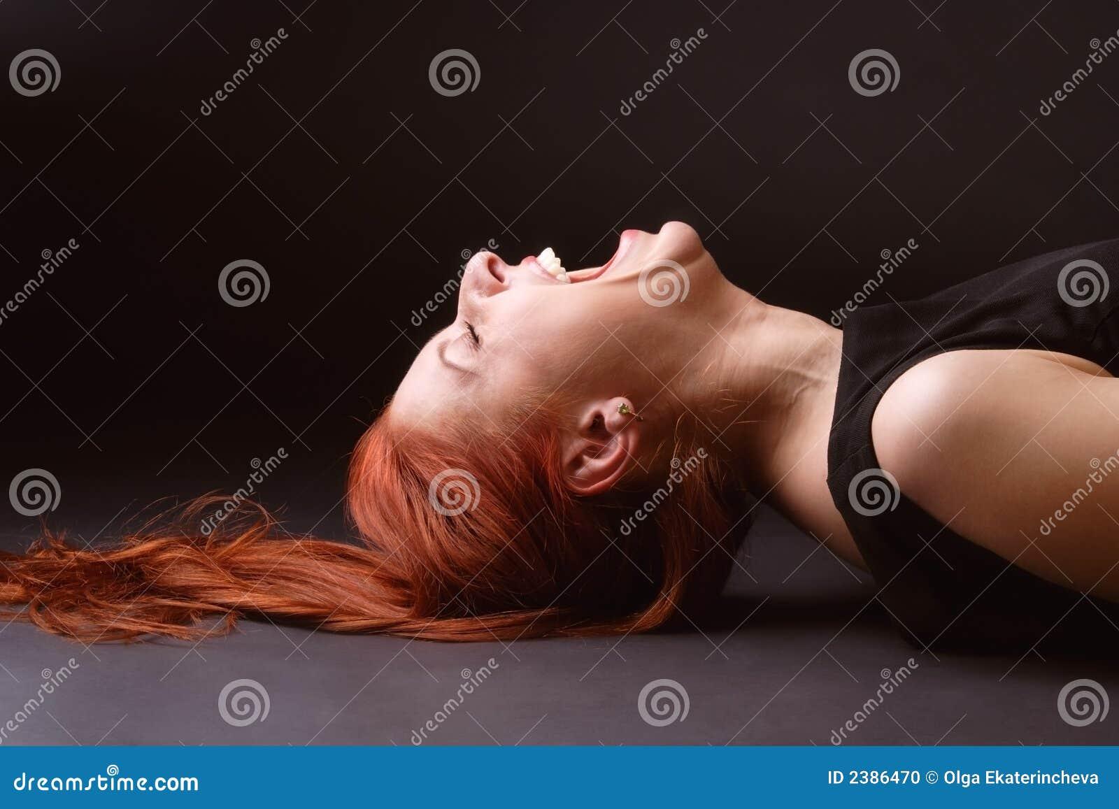 A mulher estoura para fora o riso