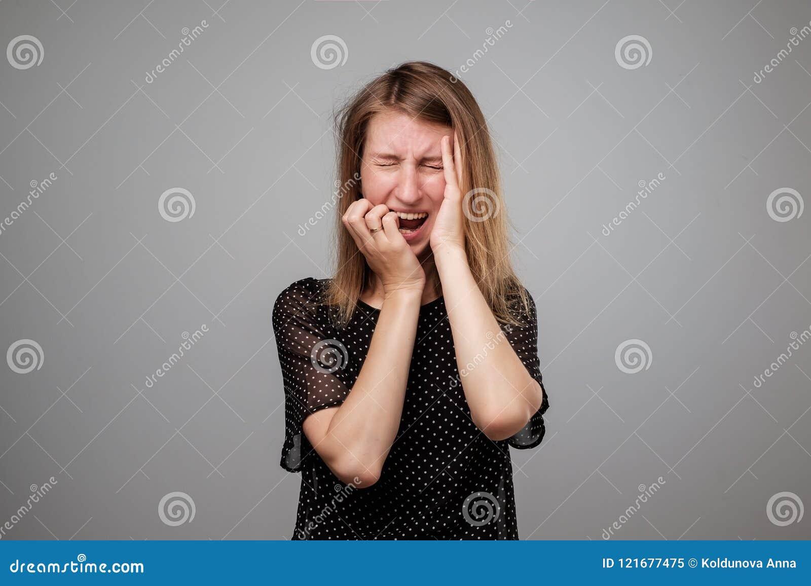A mulher europeia no esforço está indo louca puxando seu cabelo na frustração