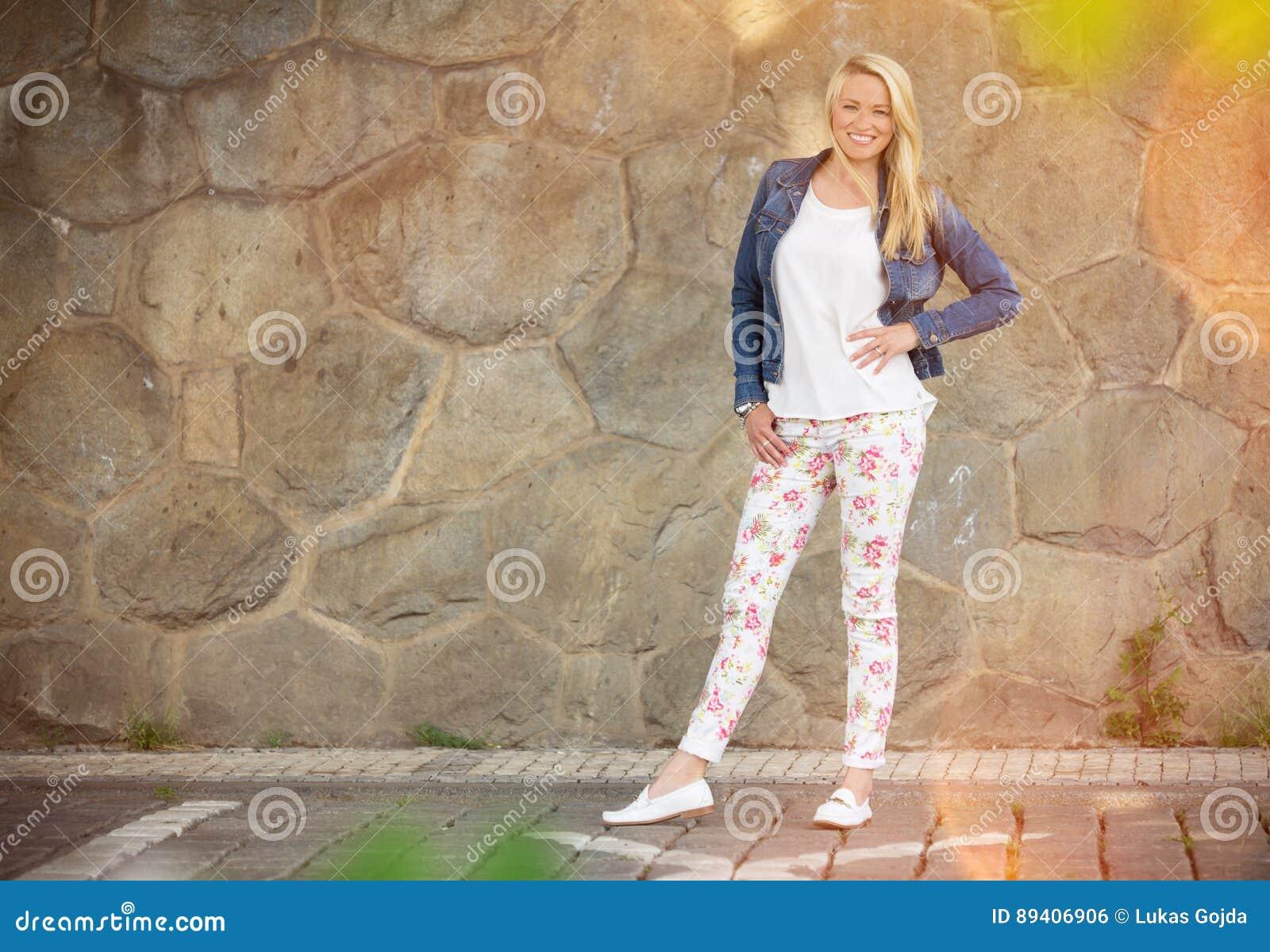 Mulher Fashionably vestida nas ruas de uma Praga