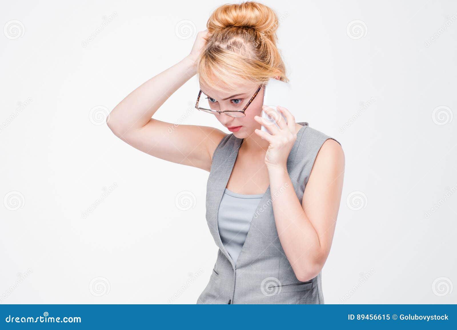 Mulher fatigante nova com telefone celular Ansiedade