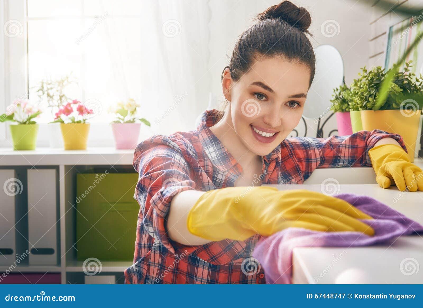 A mulher faz a limpeza