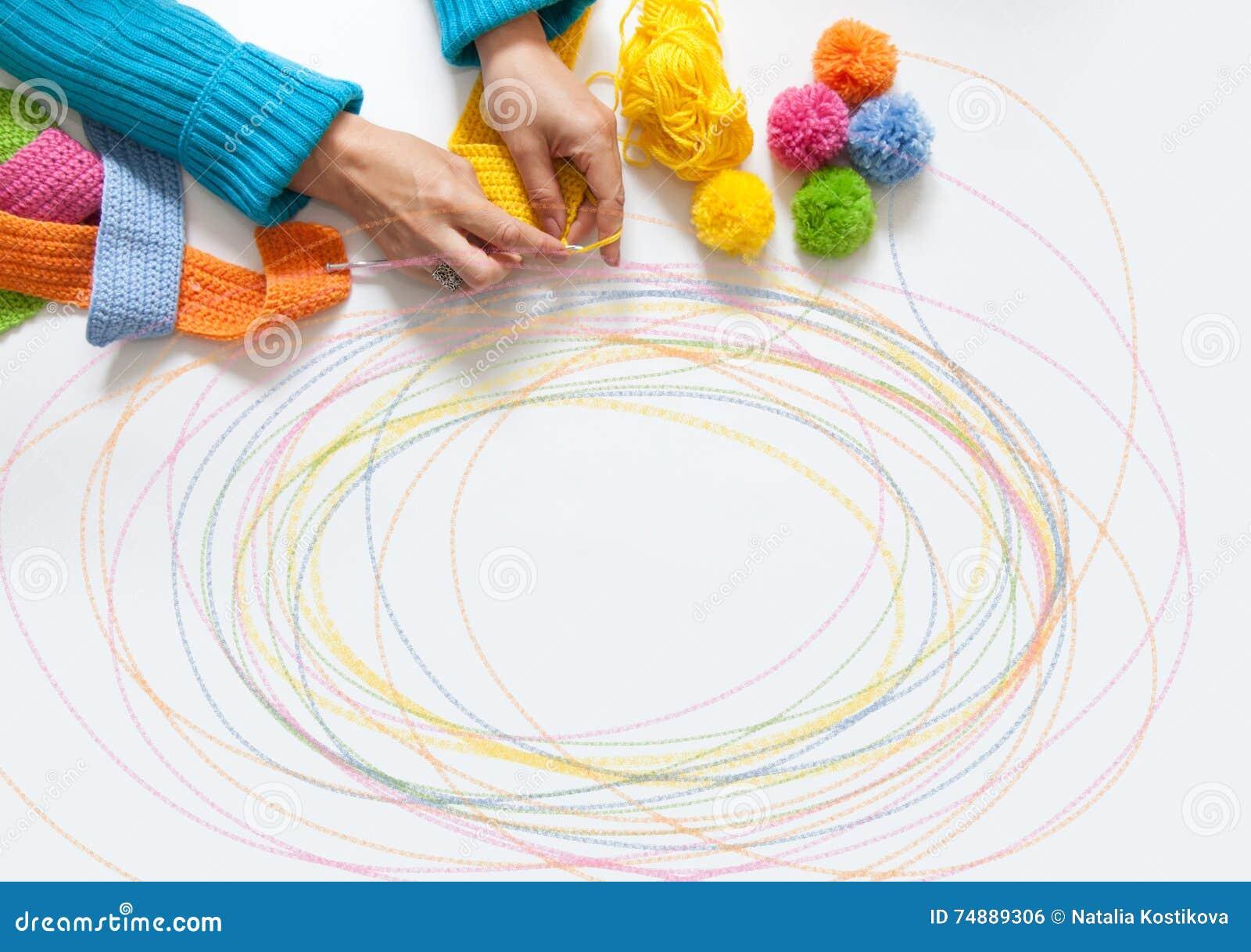 A mulher faz malha uma tela colorida gancho Vista de acima