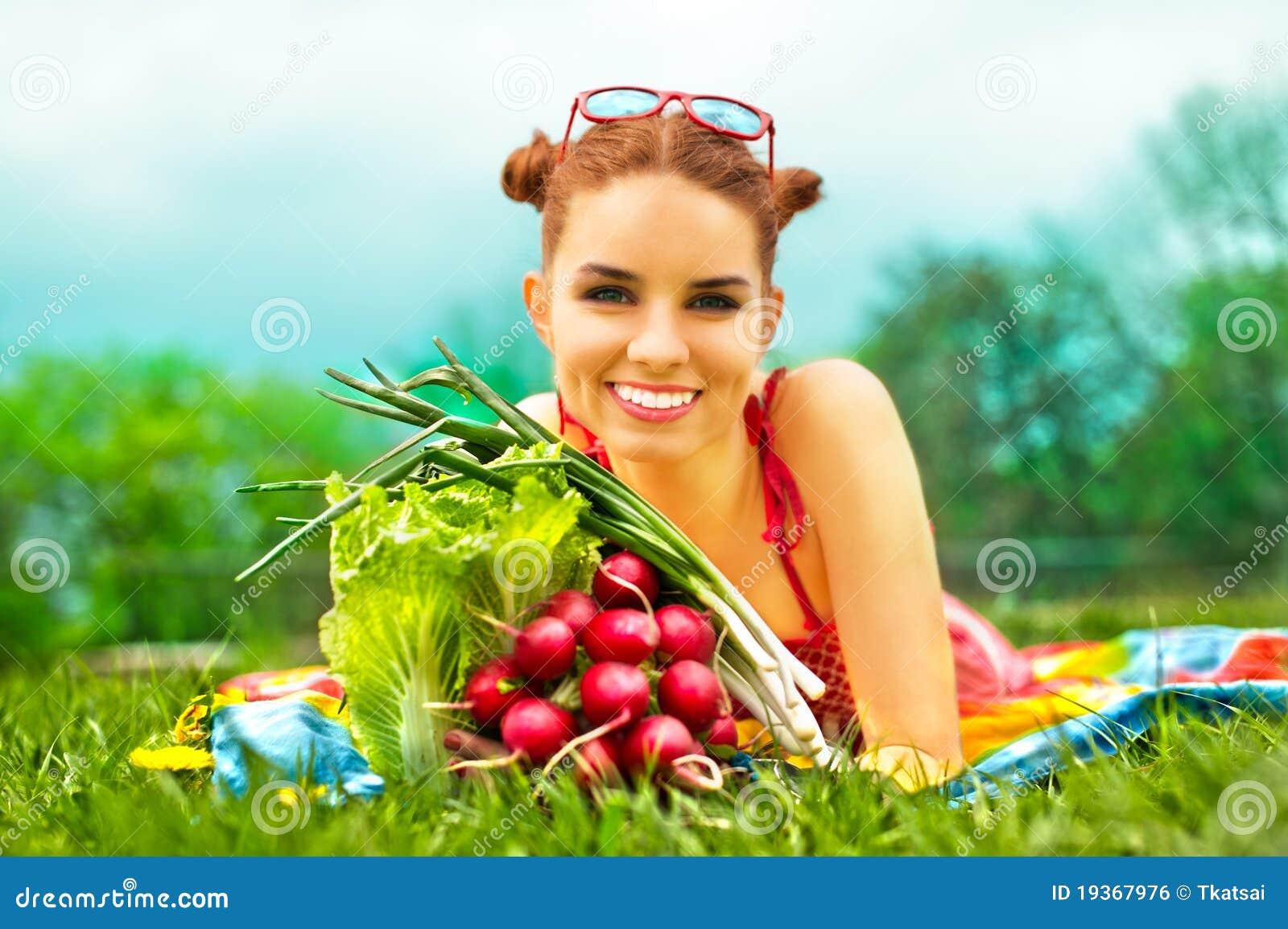 Mulher feliz bonita com vegetais coloridos