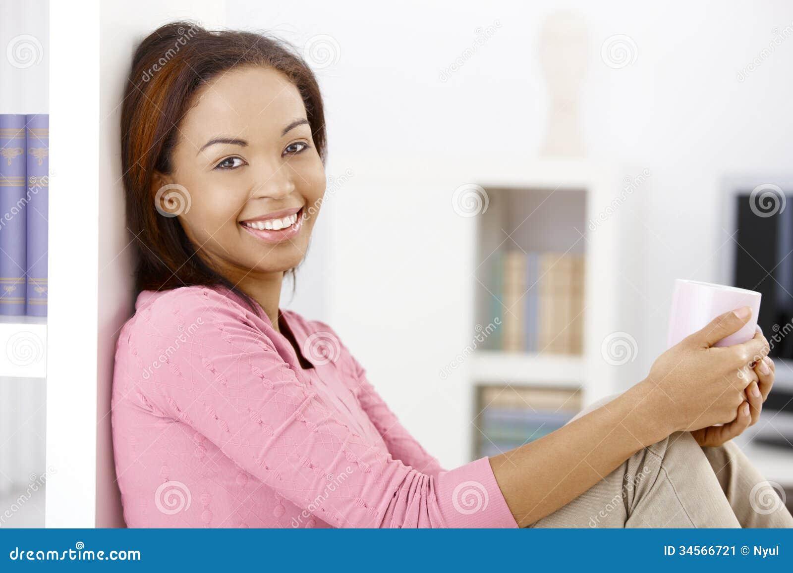 Mulher feliz com caneca de café