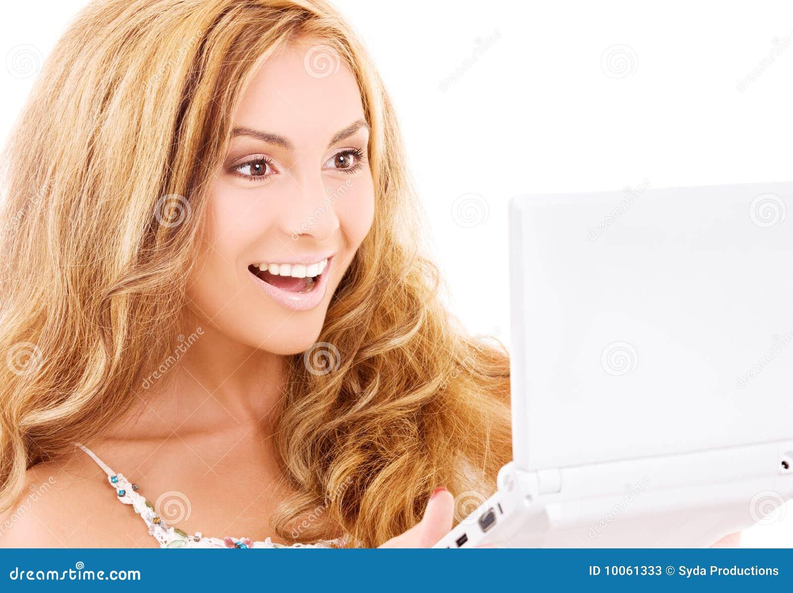 Mulher feliz com computador portátil