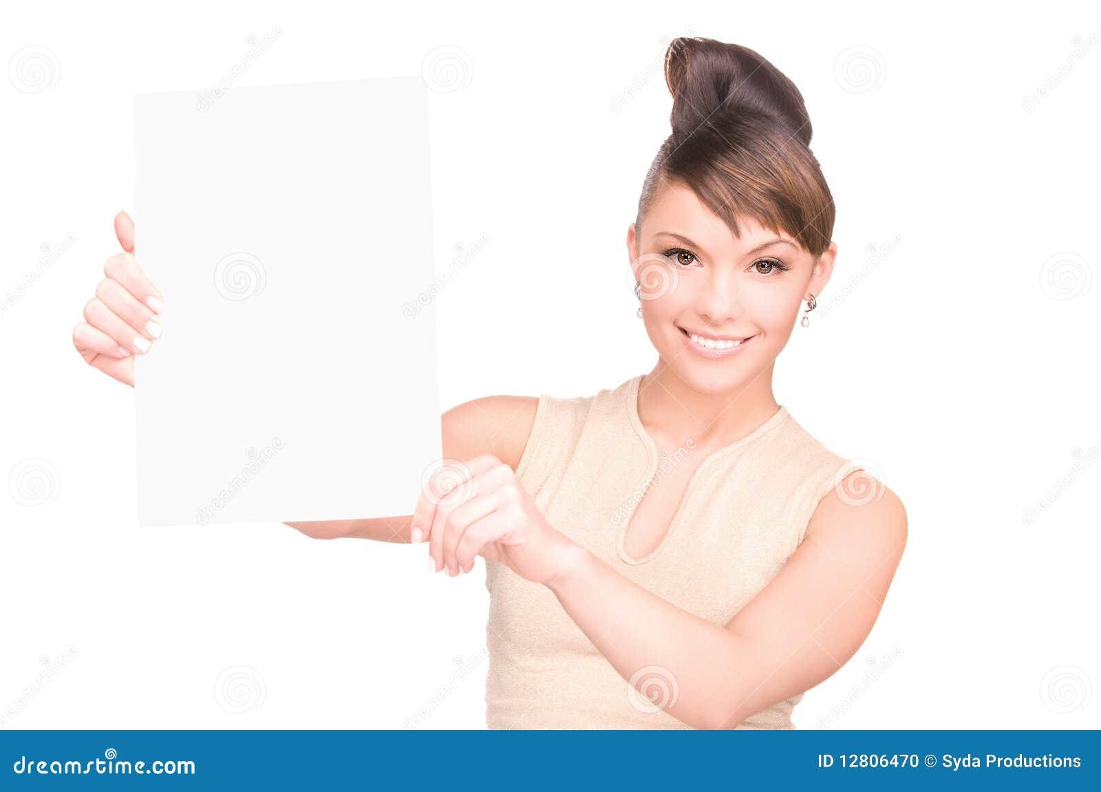 Mulher feliz com placa em branco