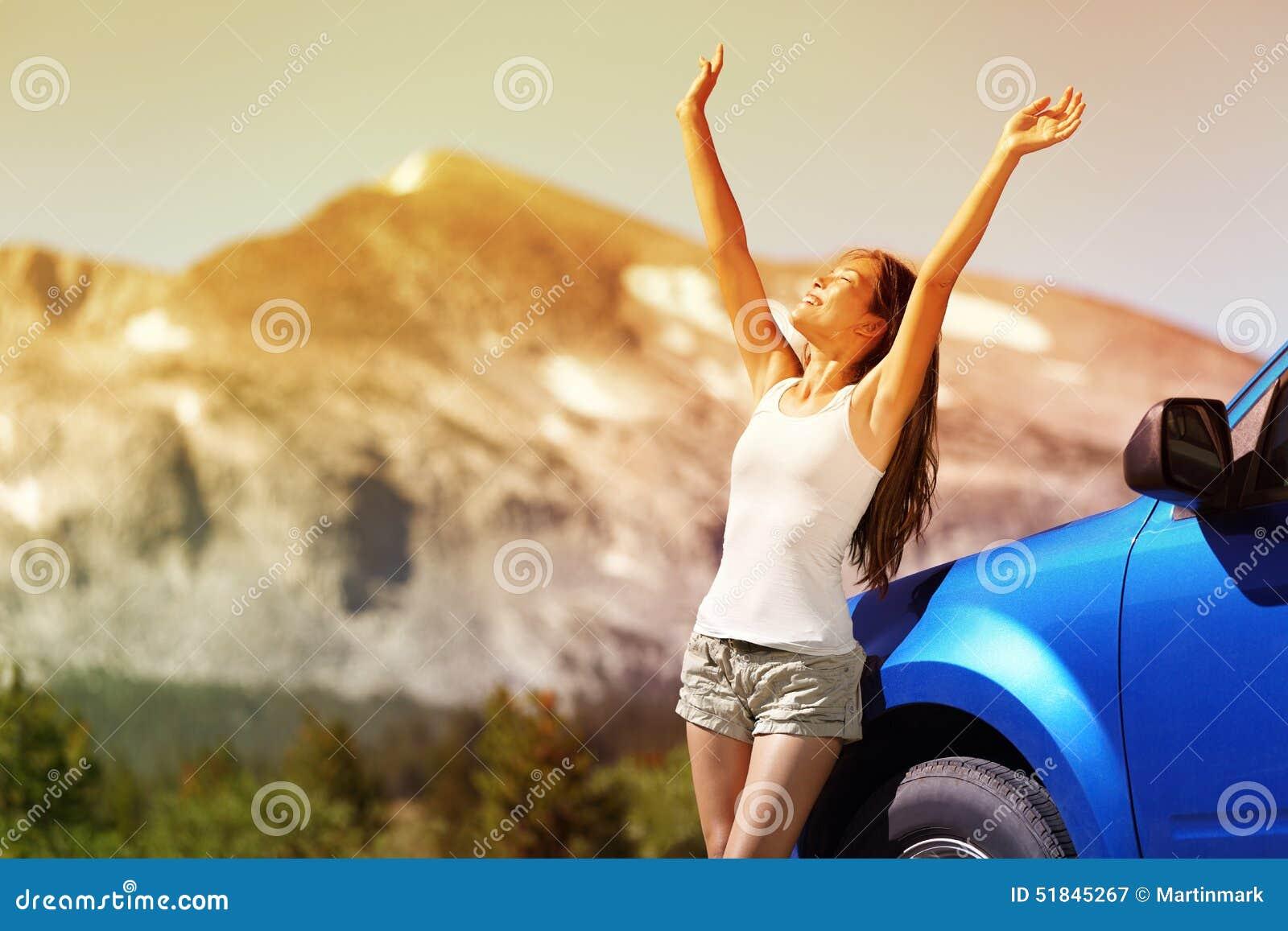 Mulher feliz do carro da liberdade no curso da viagem por estrada do verão