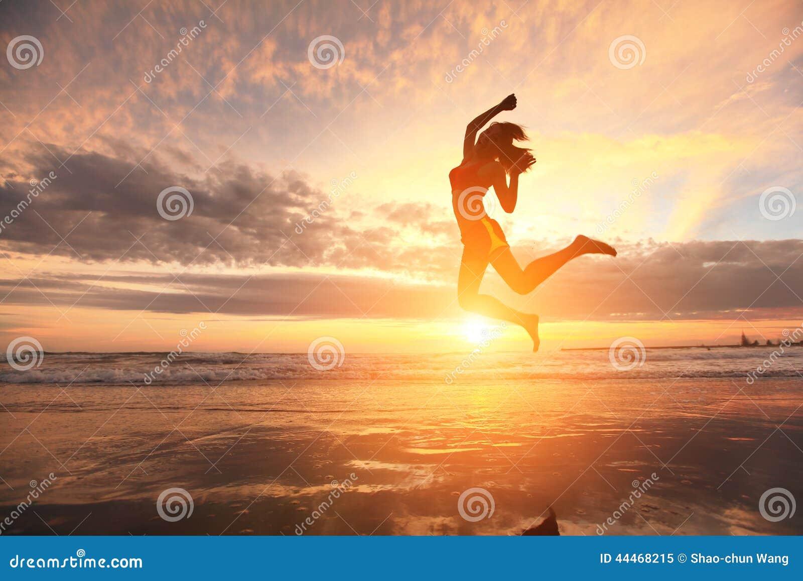 Mulher feliz do esporte do salto