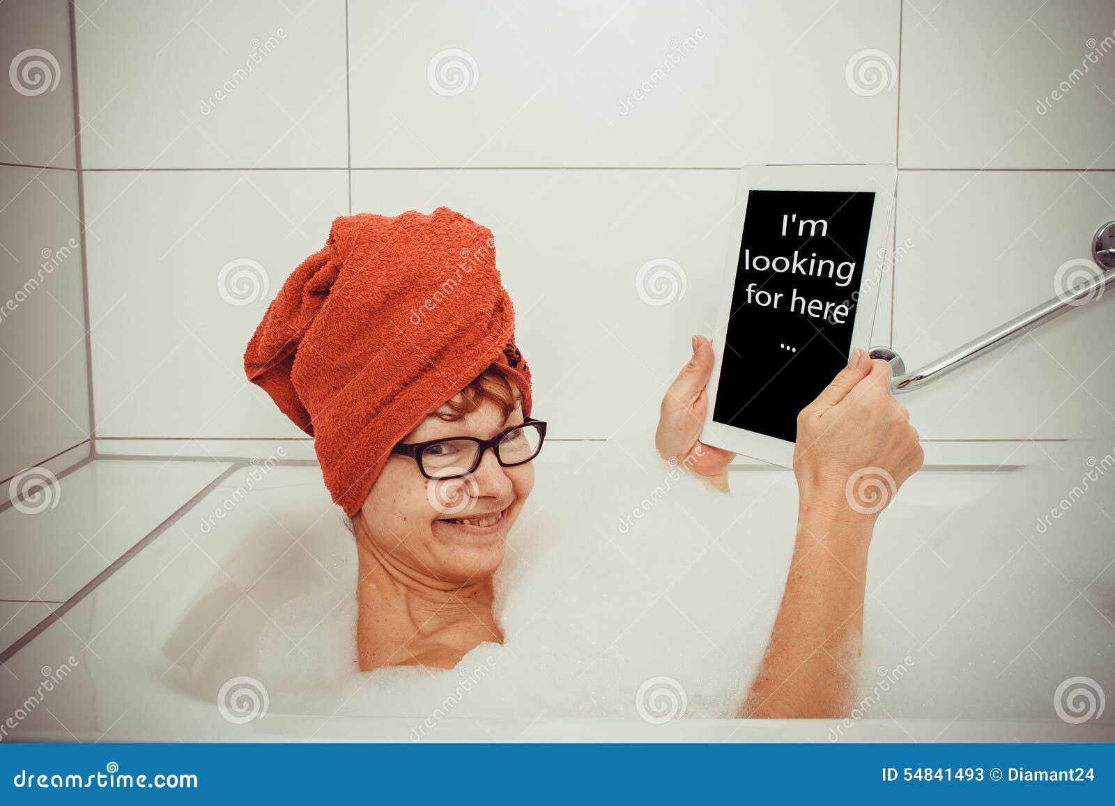 Mulher Feliz Na Banheira Com Computadores Da Tabuleta Foto de Stock  #A83B23 1300x957 Banheiro Com Banheira Retro
