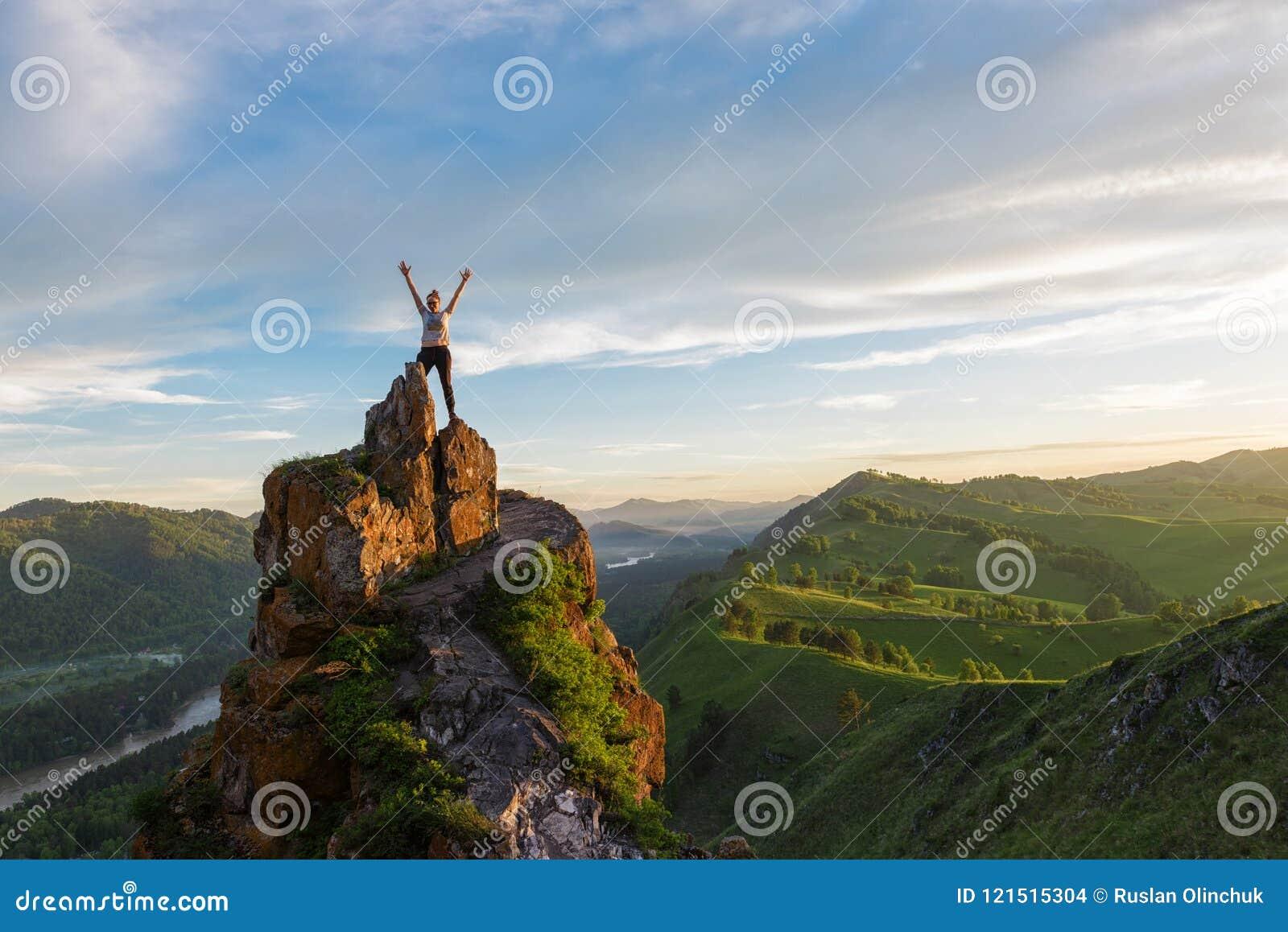 Mulher feliz na montanha superior