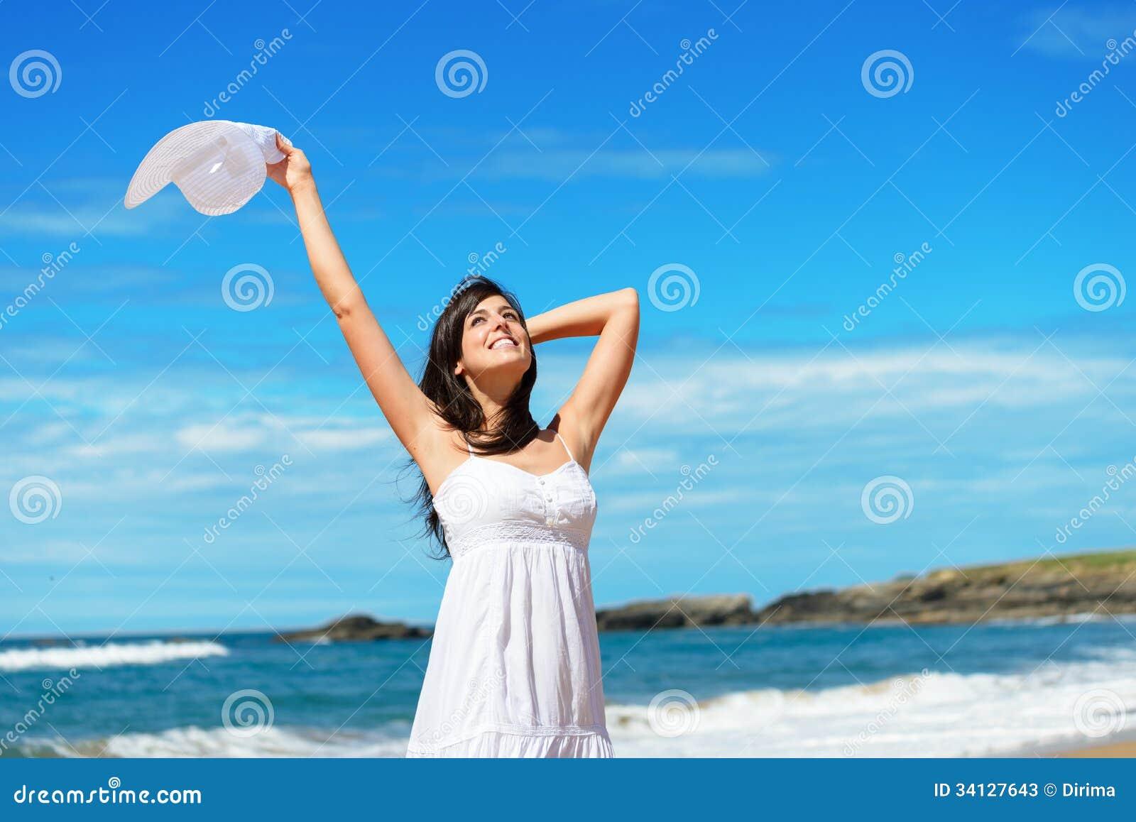 Mulher feliz no curso e nas férias da praia