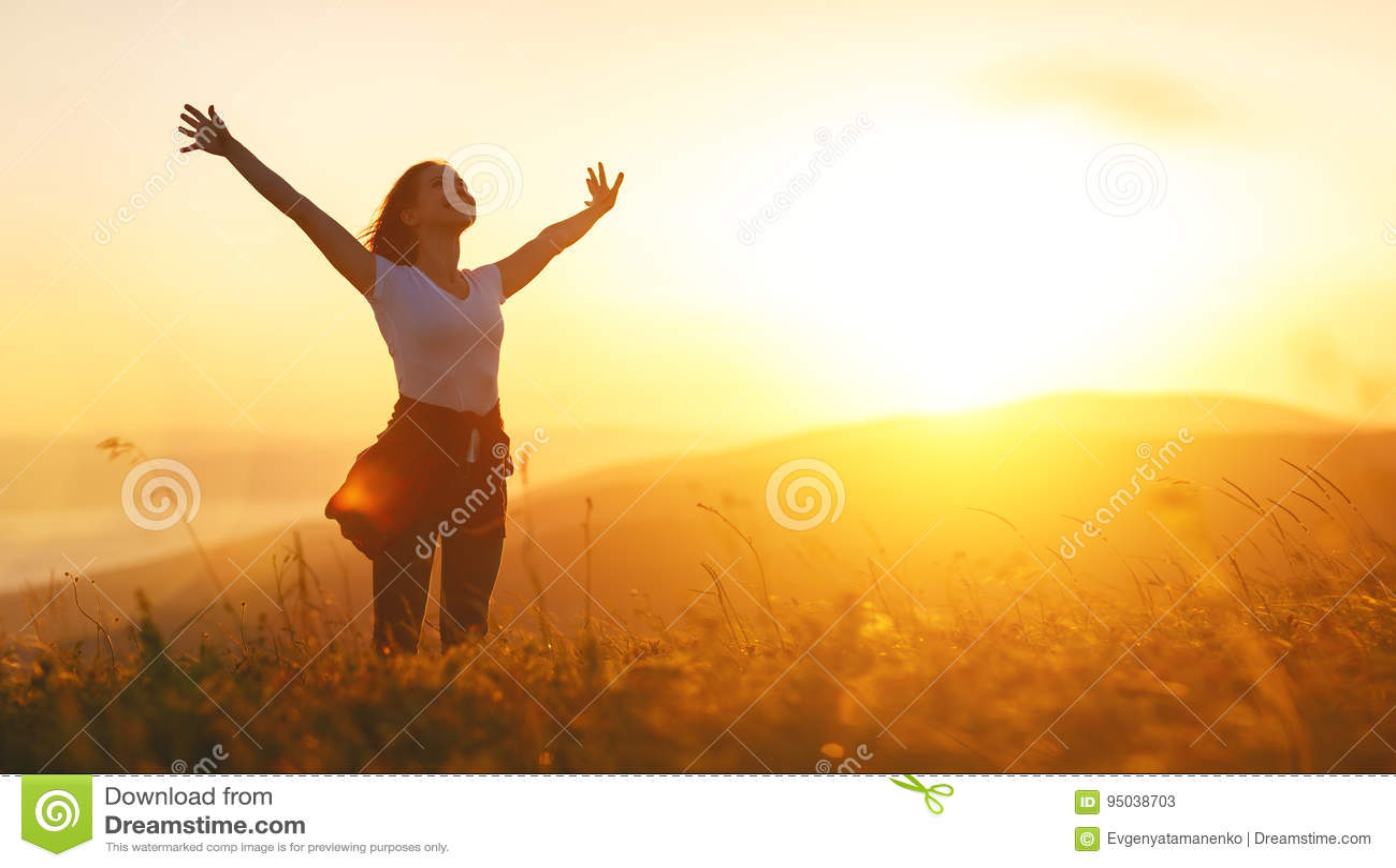 Mulher feliz no por do sol nas mãos abertas do iwith da natureza