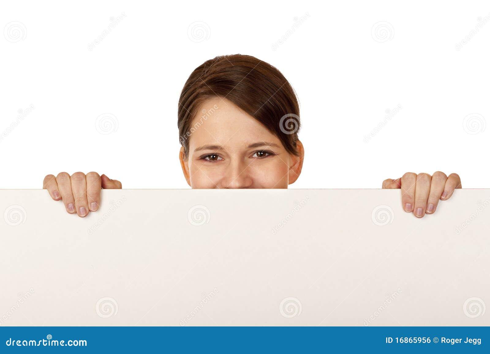 Mulher feliz nova atrás da placa de propaganda em branco