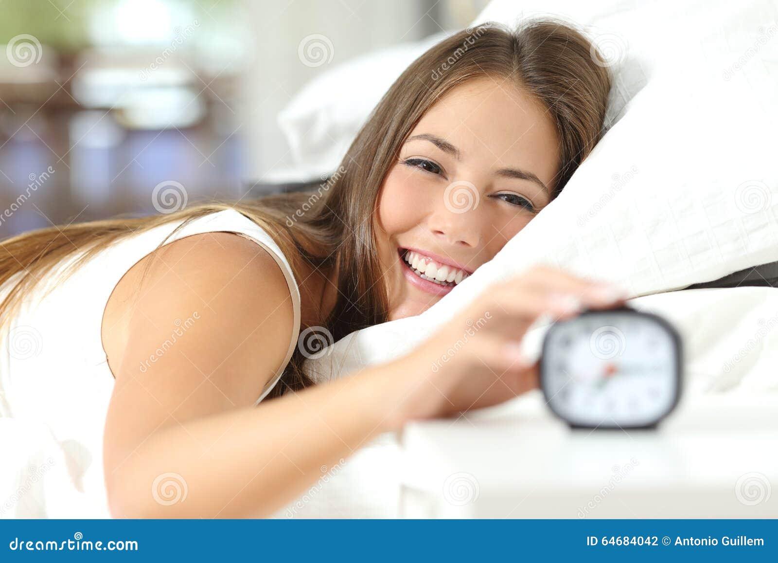 Mulher feliz que acorda tendo um bom dia