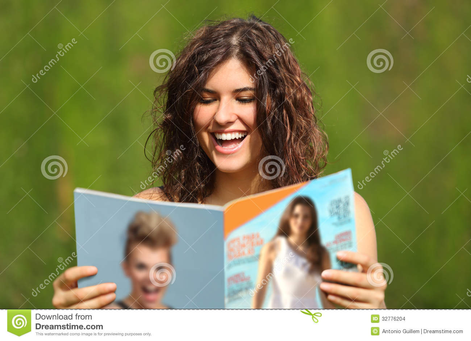 Mulher feliz que lê um compartimento