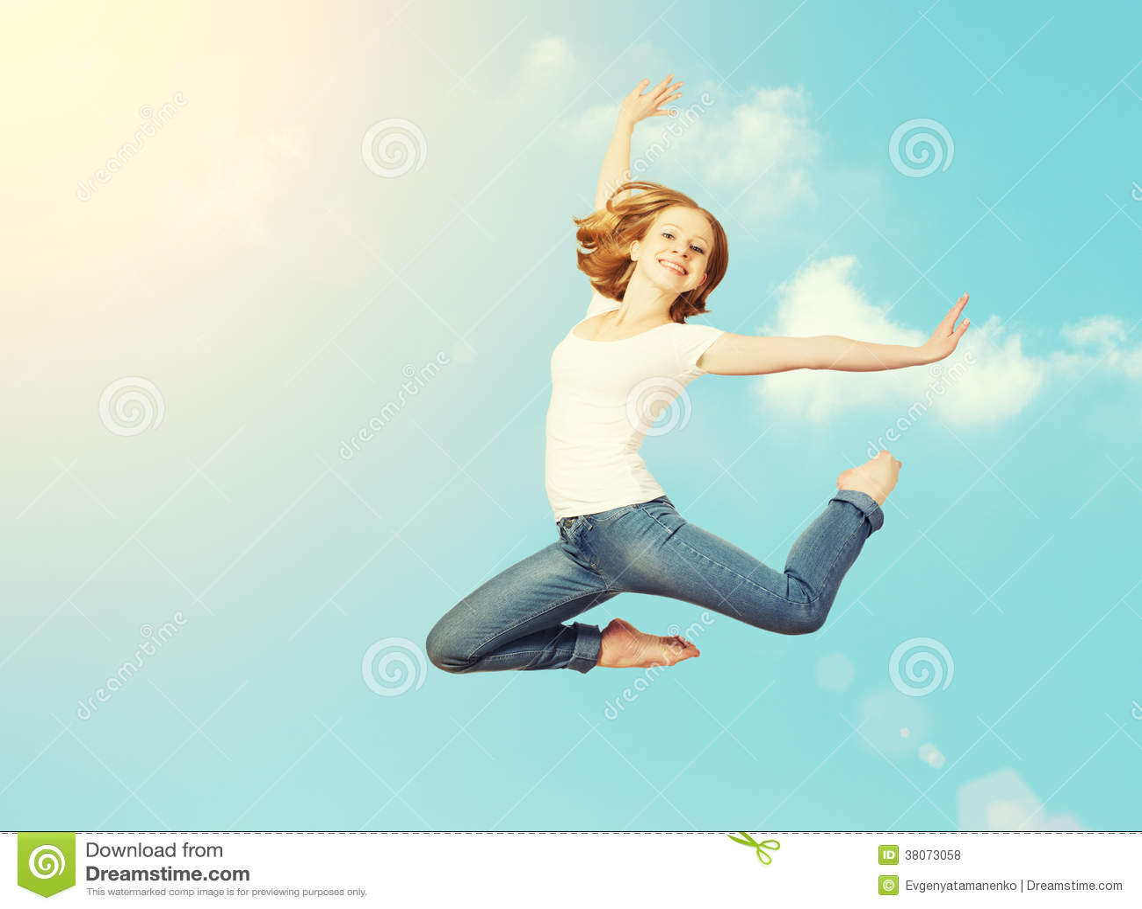 A mulher feliz salta no céu