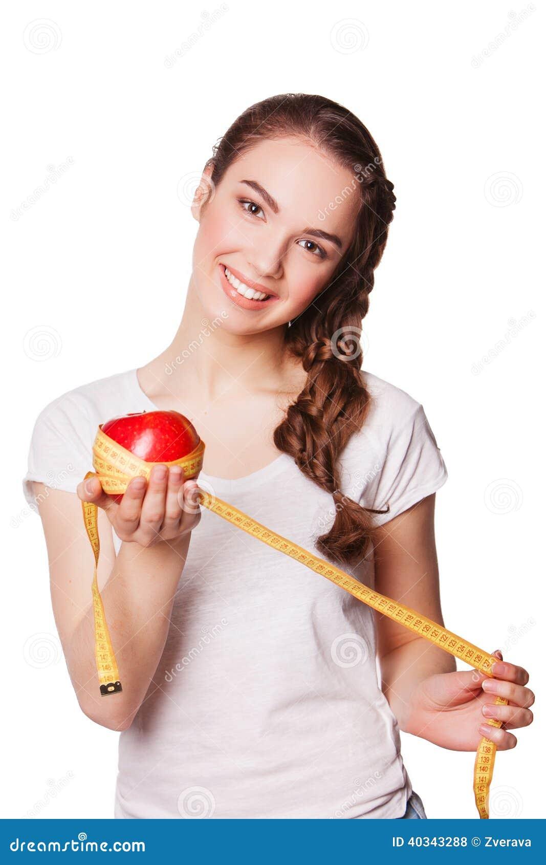 Mulher feliz saudável com maçã e fita métrica