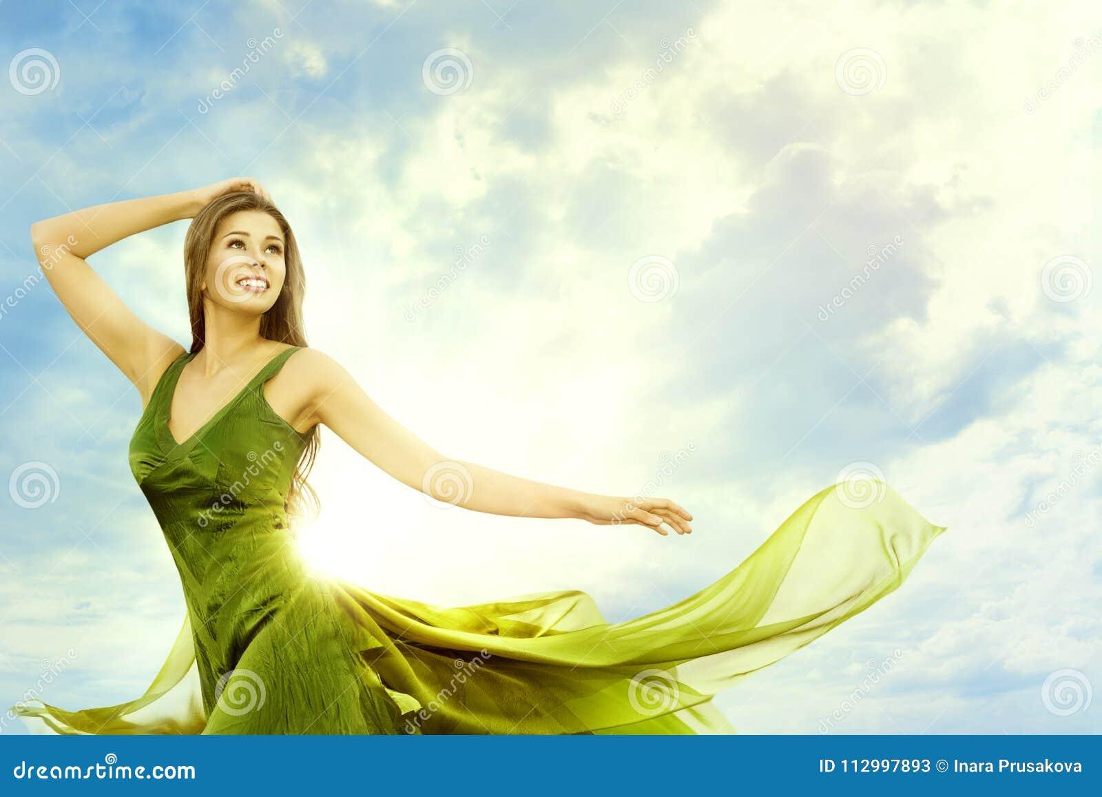 Mulher feliz sobre Sunny Day Sky, modelo de forma Outdoors Beauty