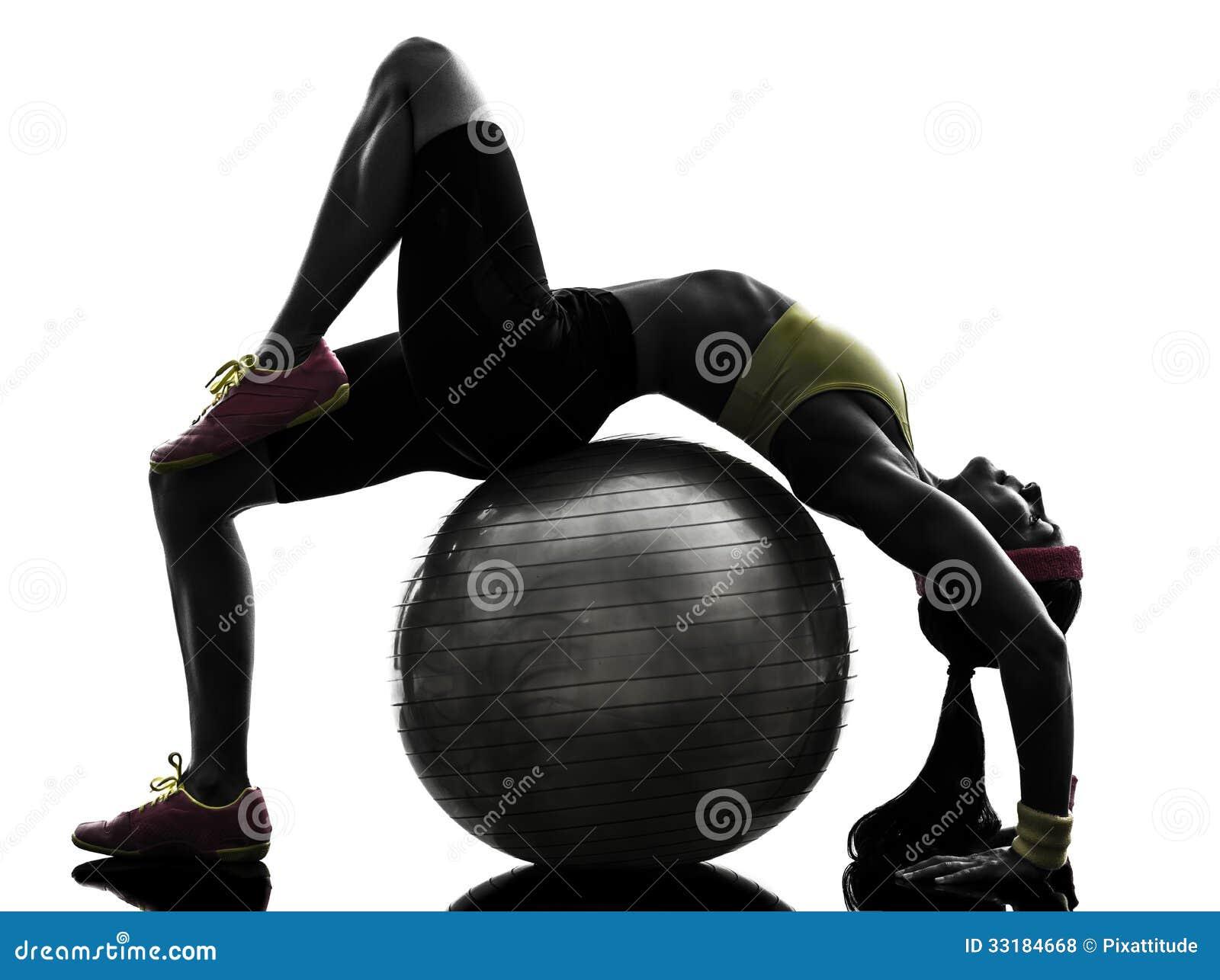 Mulher flexível que exercita a silhueta do exercício da bola da aptidão