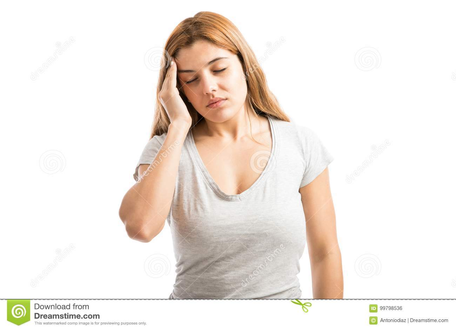Mulher forçada com uma dor de cabeça