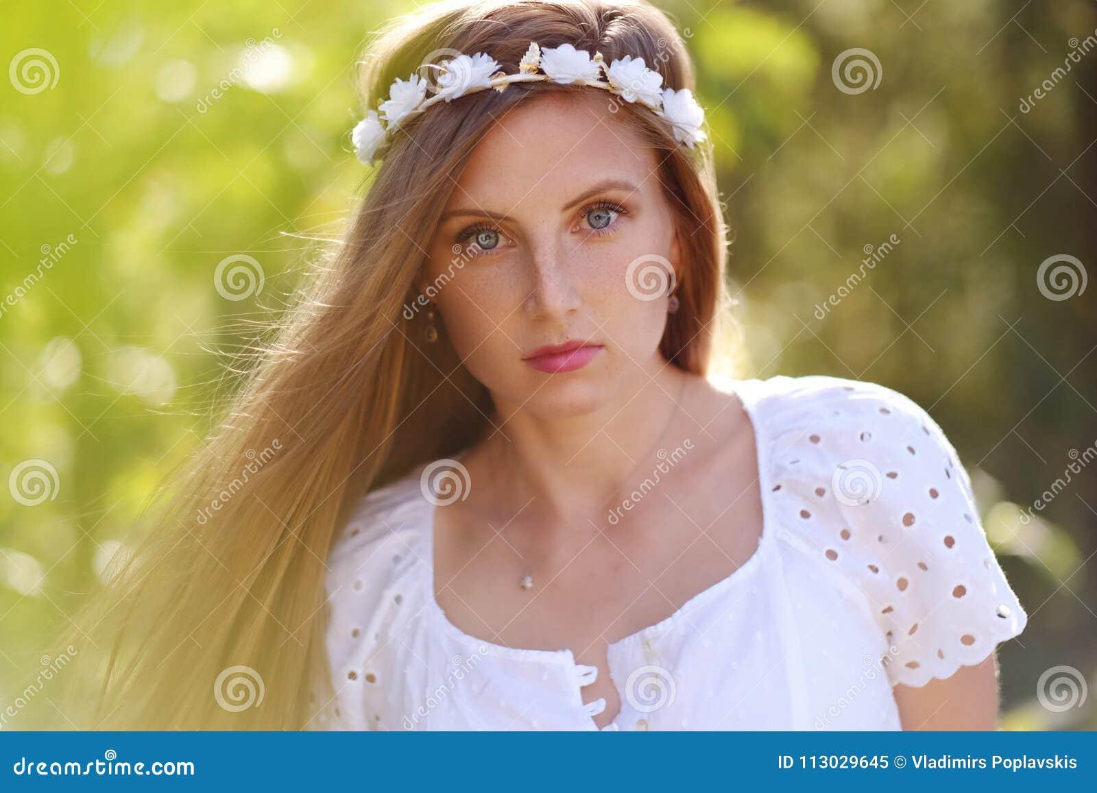 Mulher Freckled com circlet da flor em sua cabeça