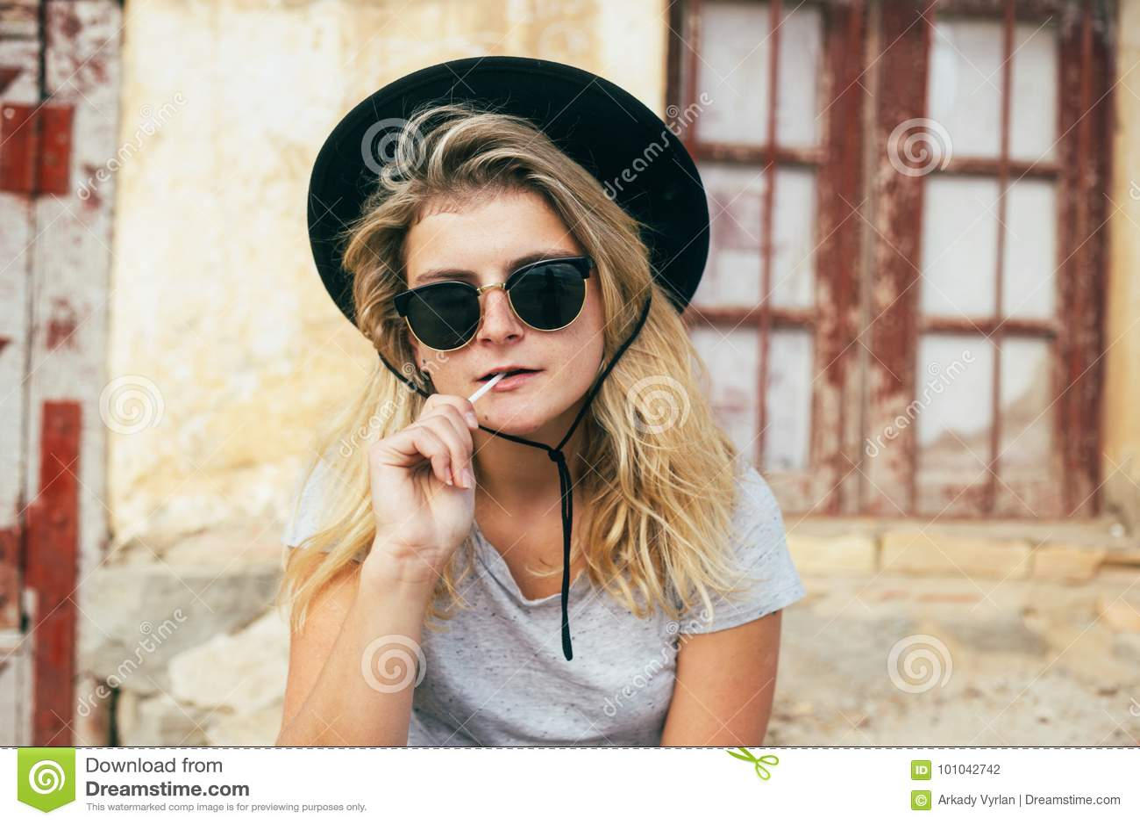 Mulher fresca com vidros e pirulito