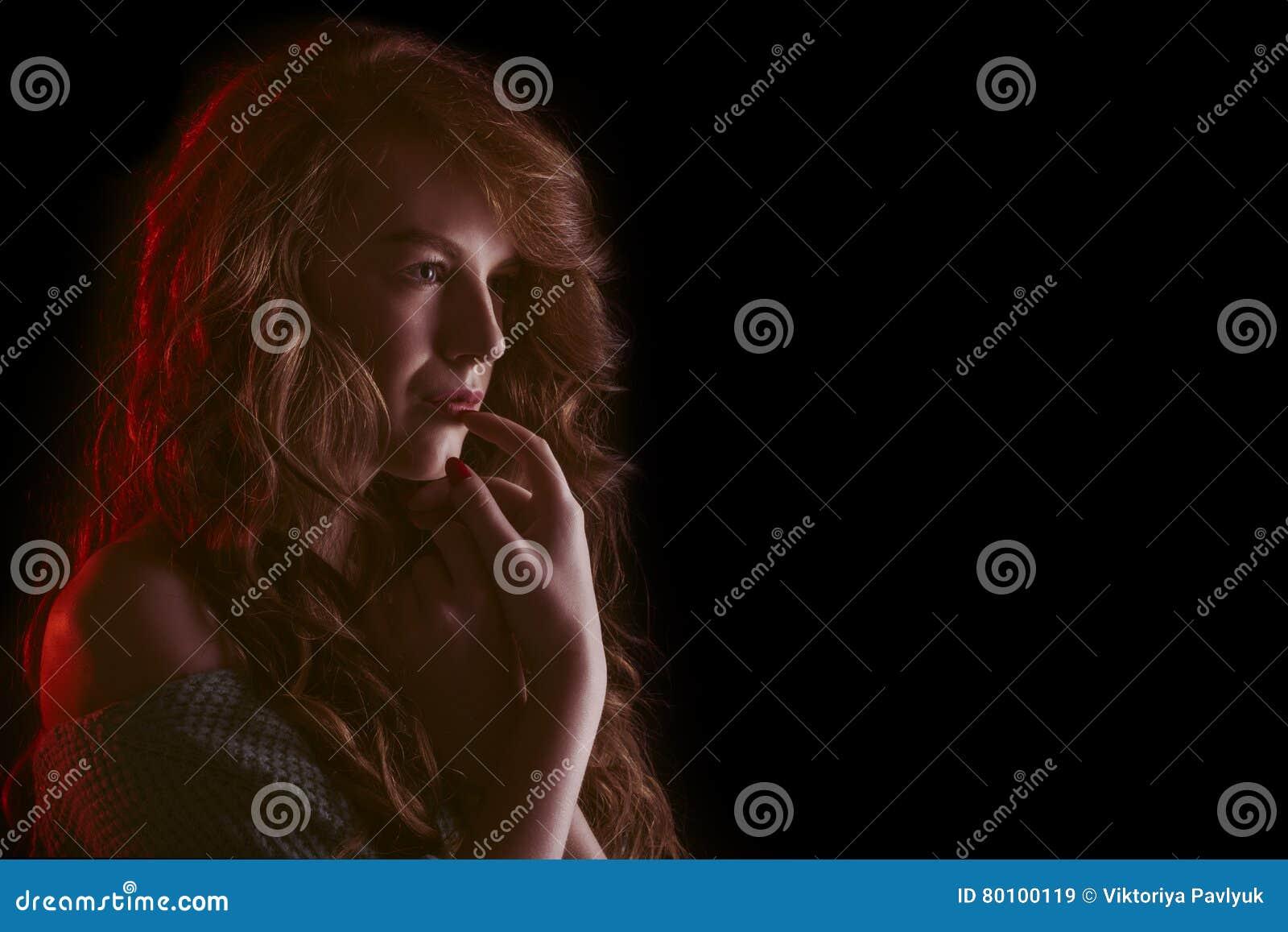 Mulher glamoroso nas sombras Espaço para o texto