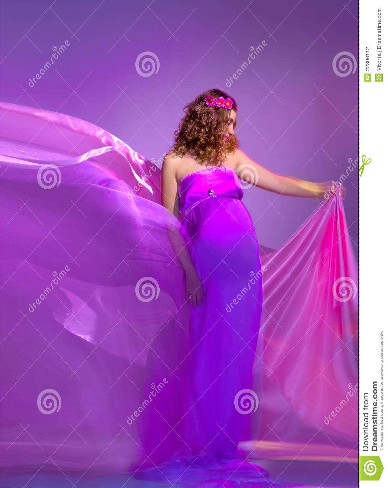mulher-gravida-bonita-no-vestido-da-cor-de-rosa-e-da-violeta-22306112.jpg