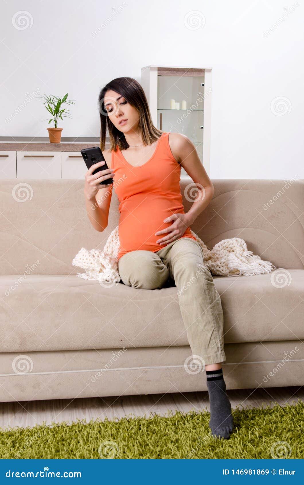 A mulher gravida nova em casa