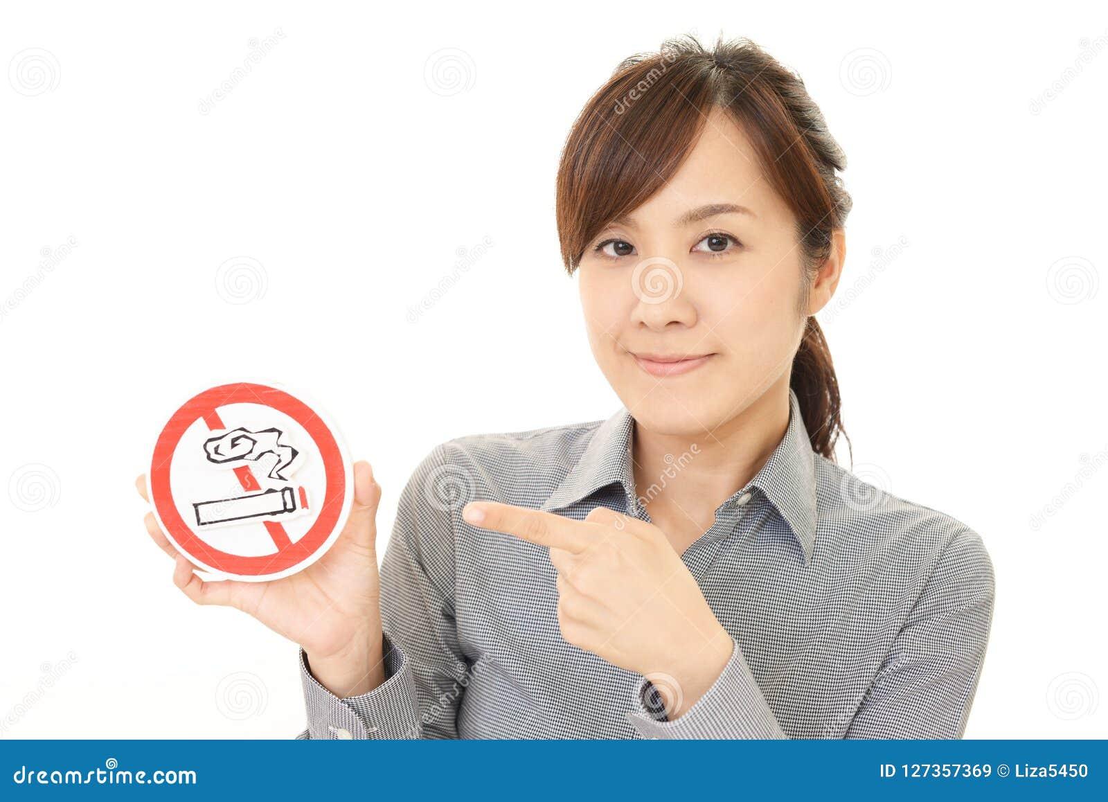 A mulher guarda o sinal não de fumo