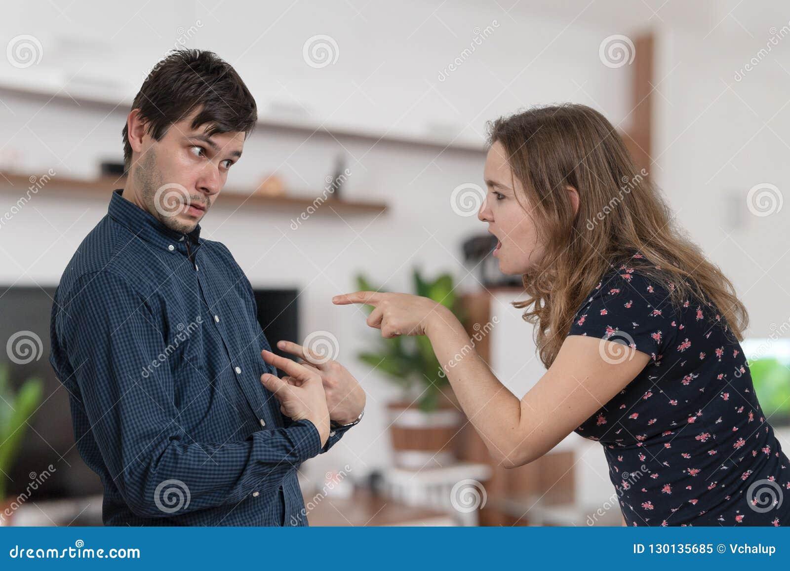 A mulher histérica da inveja está responsabilizando e gritaria em seu marido