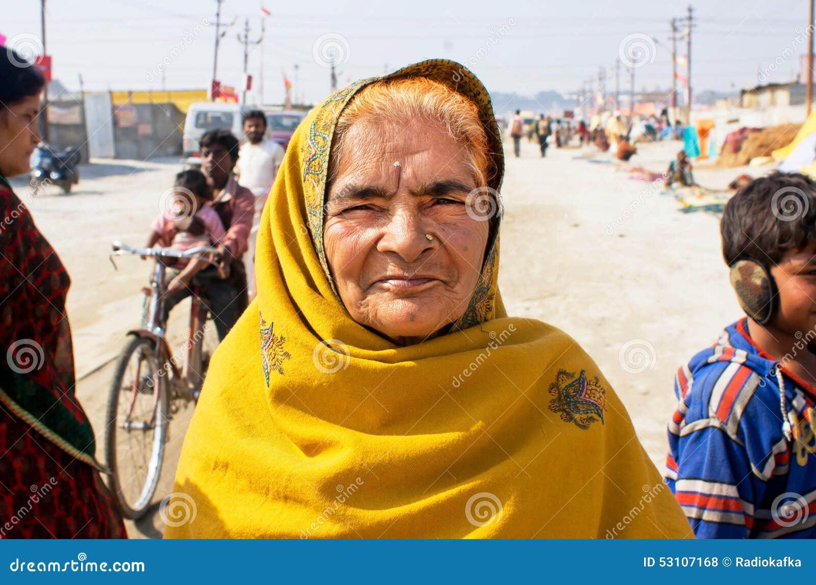 mulher-idosa-bonita-da-ndia-53107168.jpg