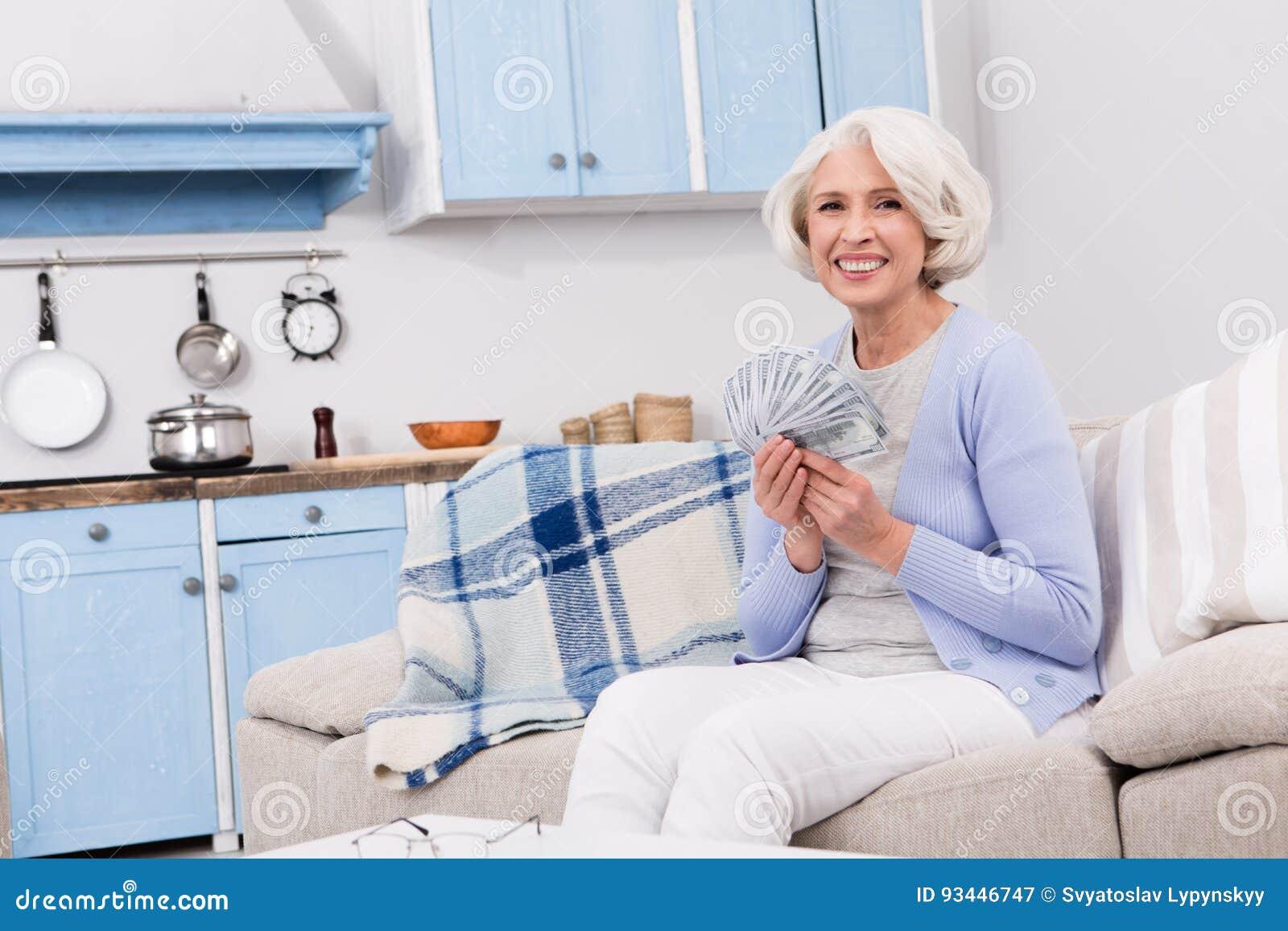 Mulher idosa com dinheiro