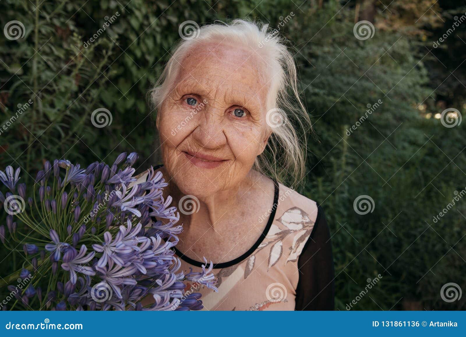 Mulher idosa com flores