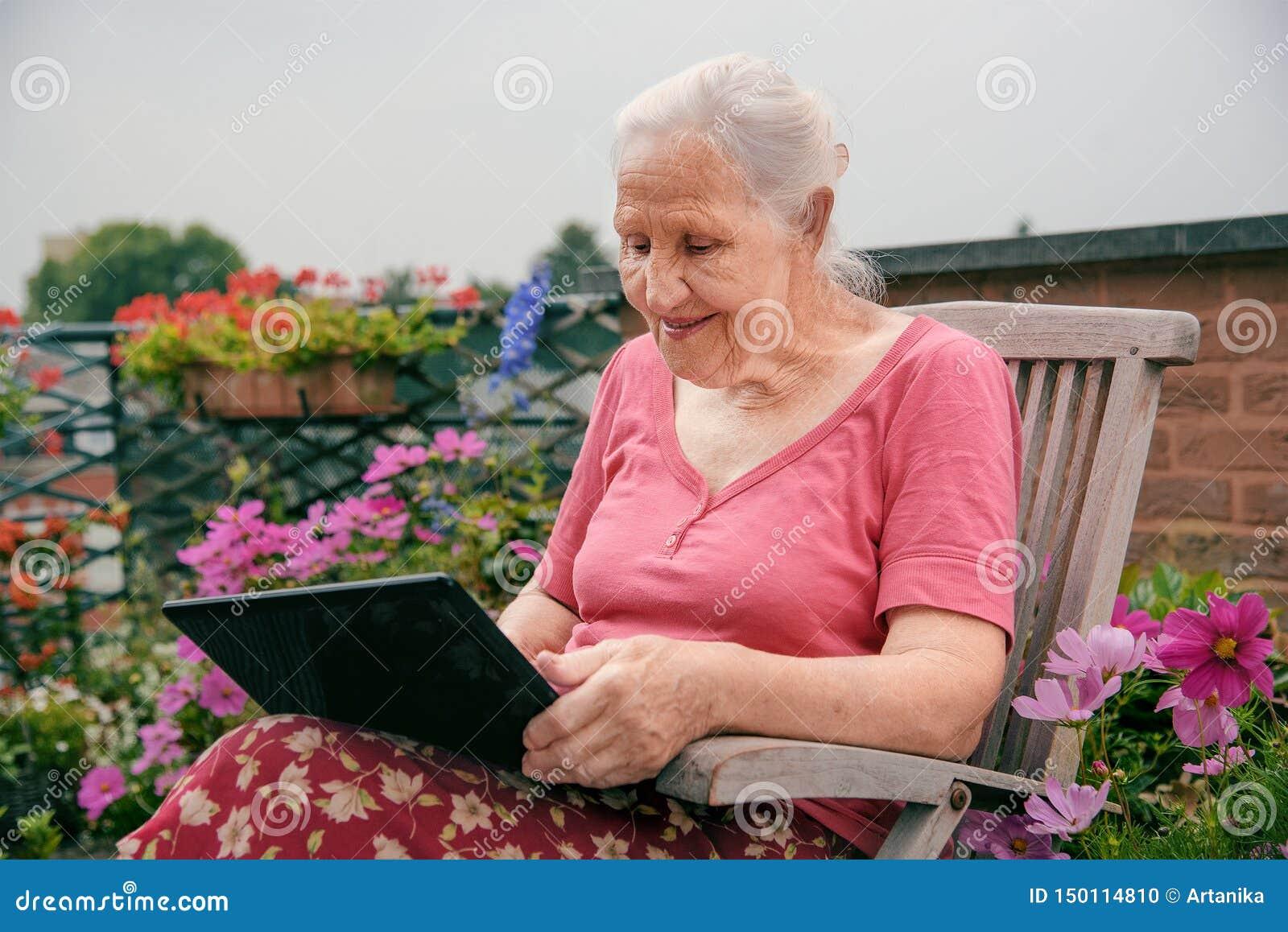 Mulher idosa com port?til