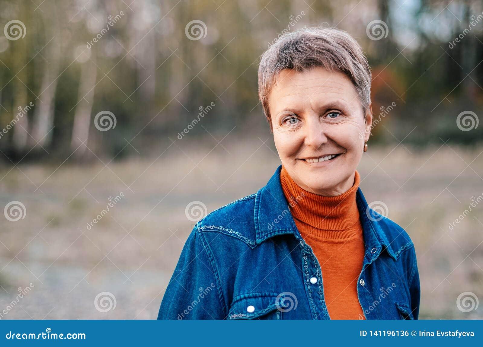 Mulher idosa, consideravelmente sorrindo Ar livre de Portet Conceito - idoso feliz