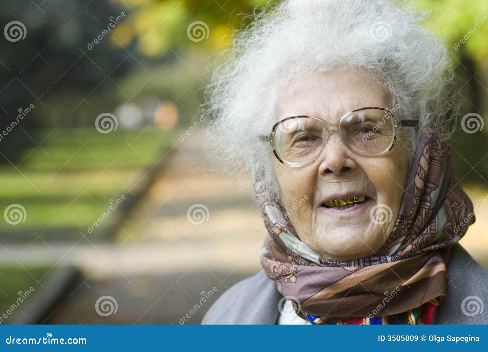 Mulher idosa de riso no parque