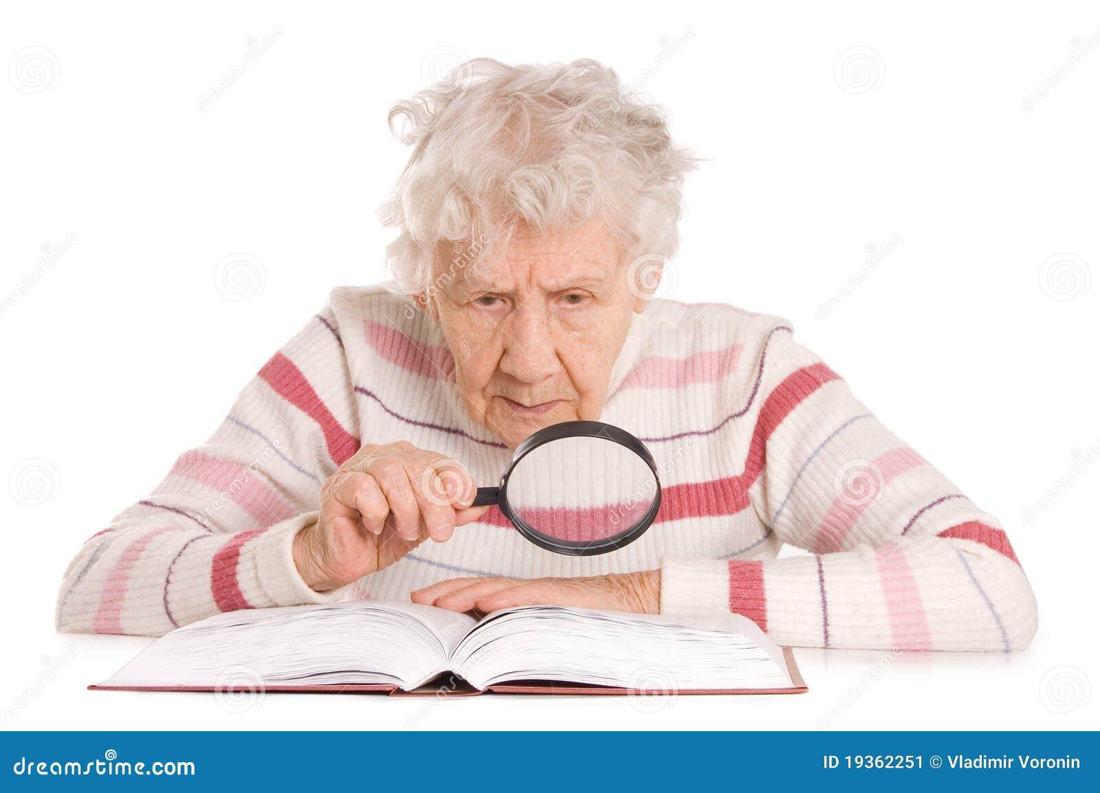 A mulher idosa lê o livro
