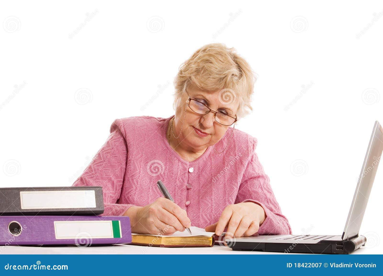 A mulher idosa no computador