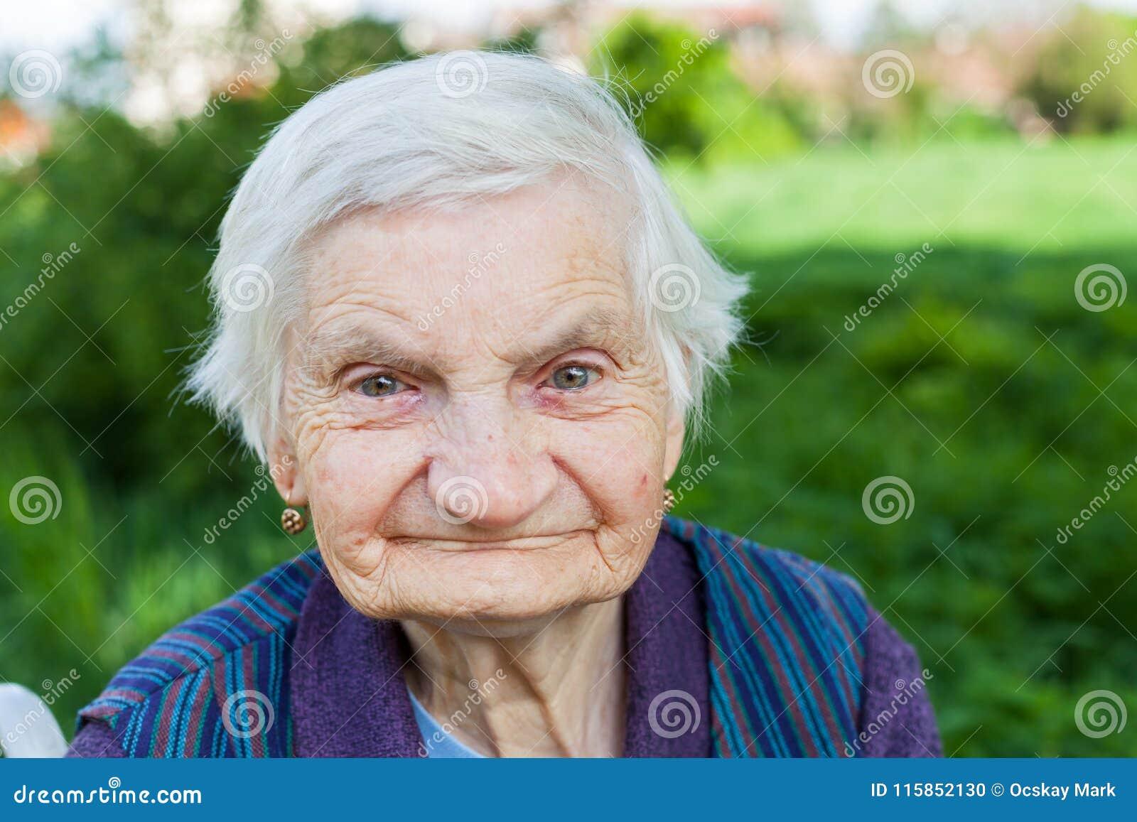 Mulher idosa que sofre da demência
