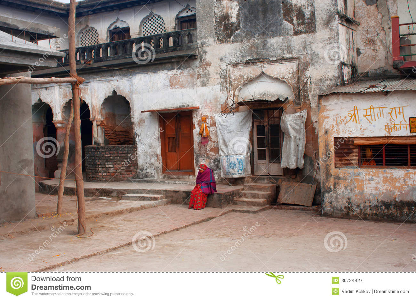 A mulher indiana idosa senta sozinho dentro da jarda de